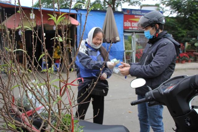 Đào Nhật Tân xuống phố sớm, người Hà Nội thích thú mua đào đón... Noel - 10