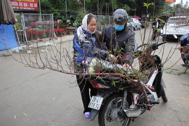 Đào Nhật Tân xuống phố sớm, người Hà Nội thích thú mua đào đón... Noel - 3