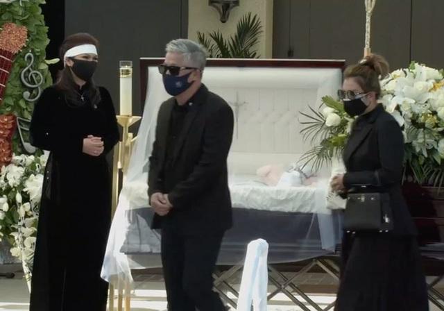 Bà xã Chí Tài nén đau thương, ôm chặt di ảnh chồng trong tang lễ tại Mỹ - 6