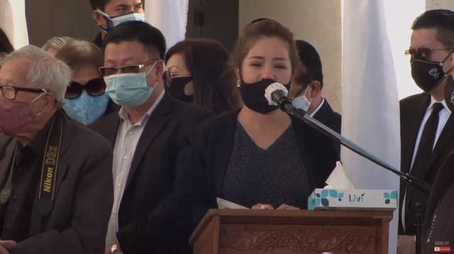 Bà xã Chí Tài nén đau thương, ôm chặt di ảnh chồng trong tang lễ tại Mỹ - 8