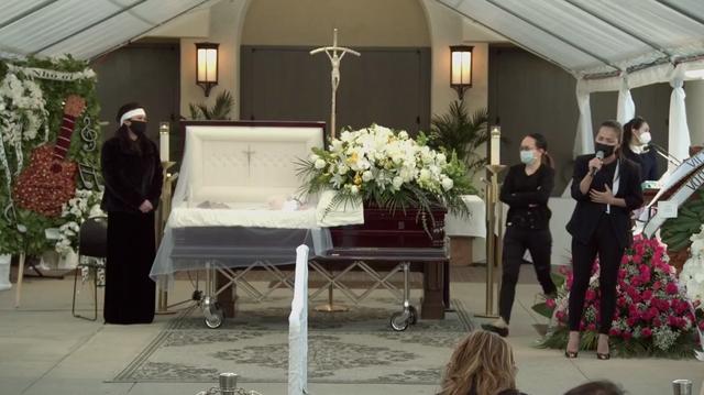 Xúc động hình ảnh cây đàn lặng yên một góc trong tang lễ danh hài Chí Tài - 1