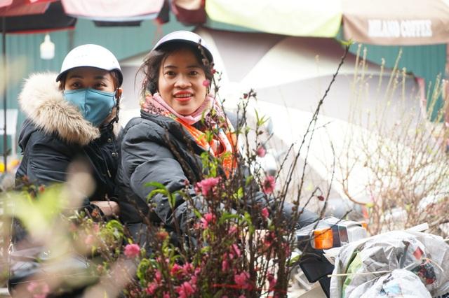 Đào Nhật Tân xuống phố sớm, người Hà Nội thích thú mua đào đón... Noel - 8