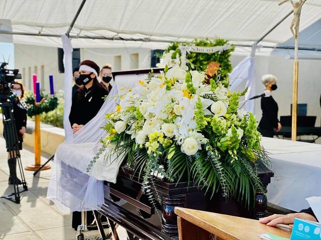 Vì sao nghệ sĩ không ôm hôn, vỗ về bà xã danh hài Chí Tài trong tang lễ? - 2