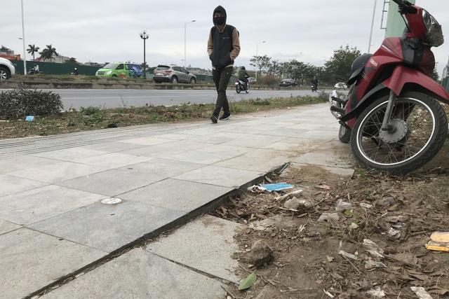 Cận cảnh vỉa hè lát đá bền trăm năm ở Hà Nội vỡ vụn, bong tróc - 4