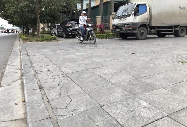 Cận cảnh vỉa hè lát đá bền trăm năm ở Hà Nội vỡ vụn, bong tróc - 7