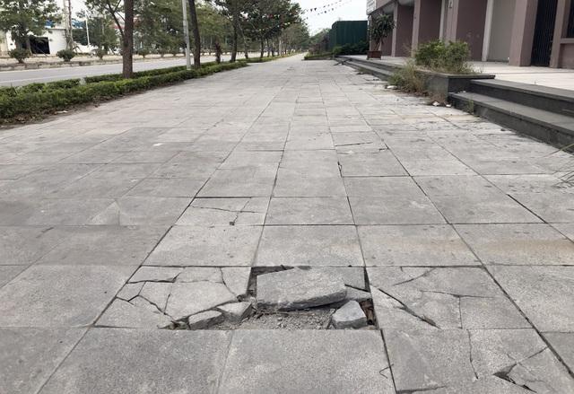 Cận cảnh vỉa hè lát đá bền trăm năm ở Hà Nội vỡ vụn, bong tróc - 9