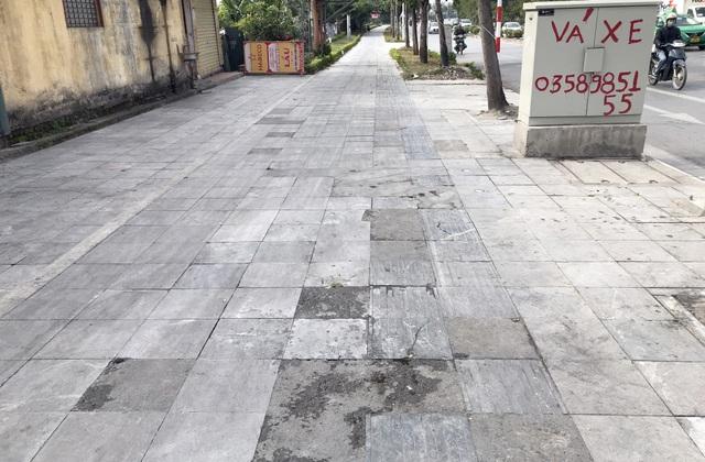 Cận cảnh vỉa hè lát đá bền trăm năm ở Hà Nội vỡ vụn, bong tróc - 10