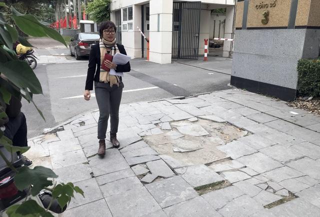 Cận cảnh vỉa hè lát đá bền trăm năm ở Hà Nội vỡ vụn, bong tróc - 11