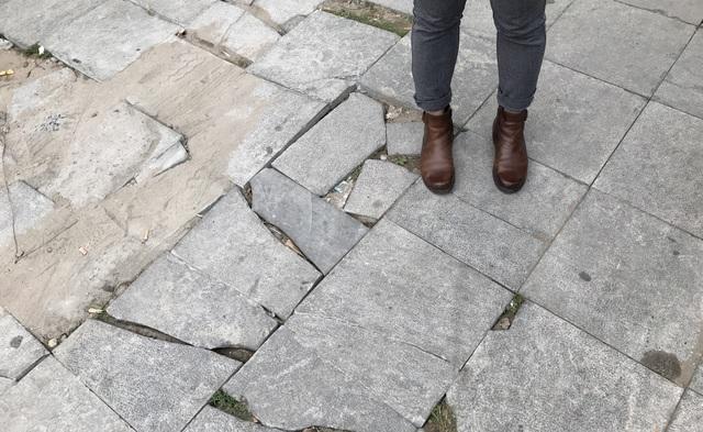 Cận cảnh vỉa hè lát đá bền trăm năm ở Hà Nội vỡ vụn, bong tróc - 13