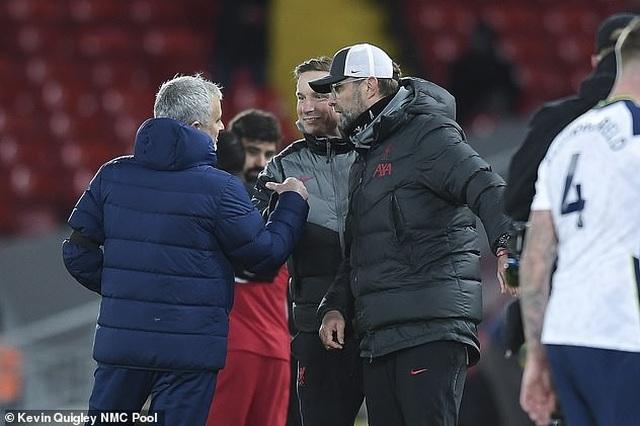 Phản ứng gay gắt của Mourinho khi nhìn Klopp nhận giải cao quý - 2