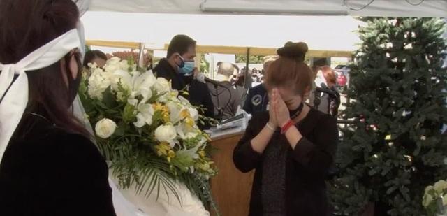 Vì sao nghệ sĩ không ôm hôn, vỗ về bà xã danh hài Chí Tài trong tang lễ? - 4