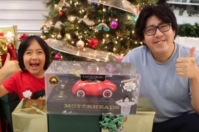 Bé trai 9 tuổi kiếm 30 triệu USD một năm nhờ Youtube - 1