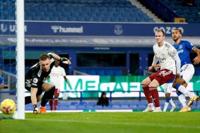 Everton 2-1 Arsenal: Holding đốt lưới nhà - 1