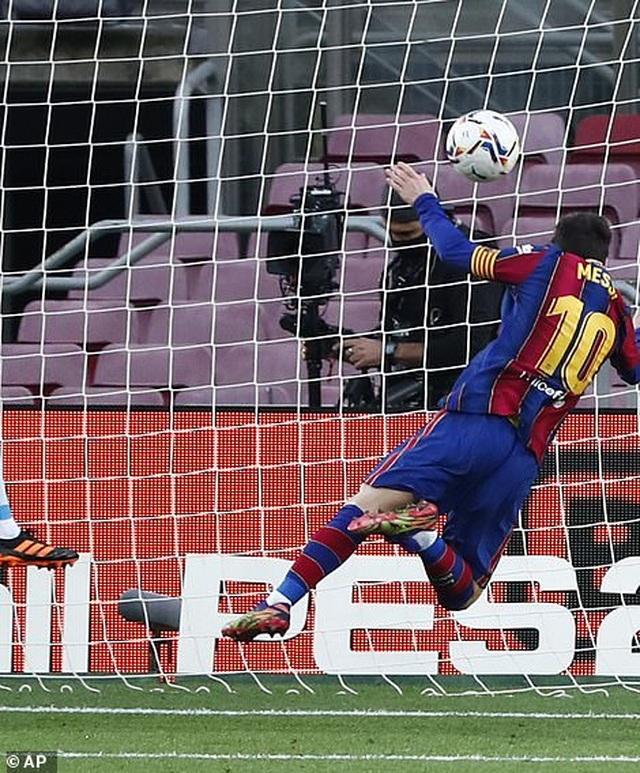 Messi san bằng kỷ lục của Pele, Barcelona vẫn bị Valencia cầm hòa - 7