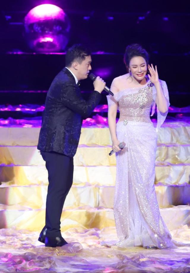 Hồ Quỳnh Hương biểu diễn trên sân khấu gây bất ngờ với khán giả Thủ đô - 2
