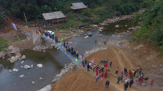 Khánh thành cầu Dân trí: Hết cảnh người dân đánh đu với tử thần qua suối - 11