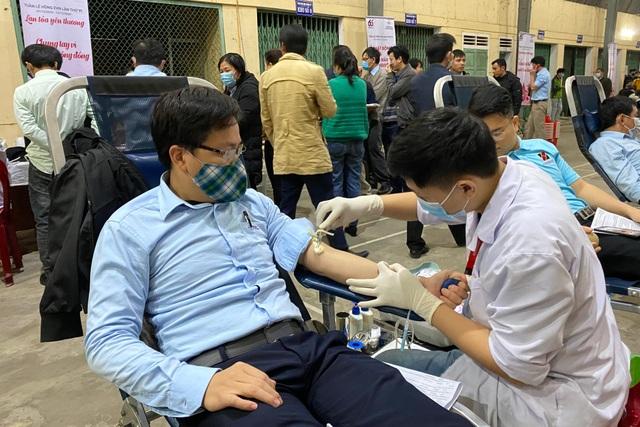 Hơn 500 người tham gia hiến máu tình nguyện giúp đỡ bệnh nhân nghèo - 2