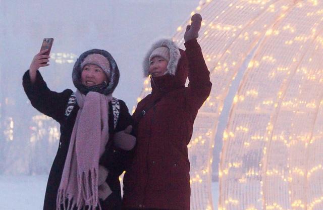Lông mi và tóc đóng băng khi đi ngoài trời ở thành phố lạnh nhất thế giới - 1