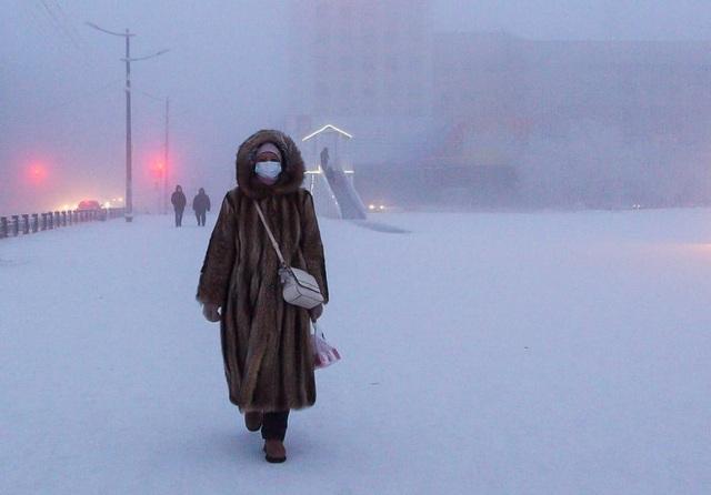 Lông mi và tóc đóng băng khi đi ngoài trời ở thành phố lạnh nhất thế giới - 2
