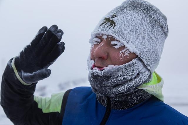 Lông mi và tóc đóng băng khi đi ngoài trời ở thành phố lạnh nhất thế giới - 4