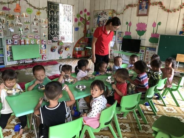 Phụ huynh ghé vai lo bữa ăn cho trẻ mầm non vùng khó - 2