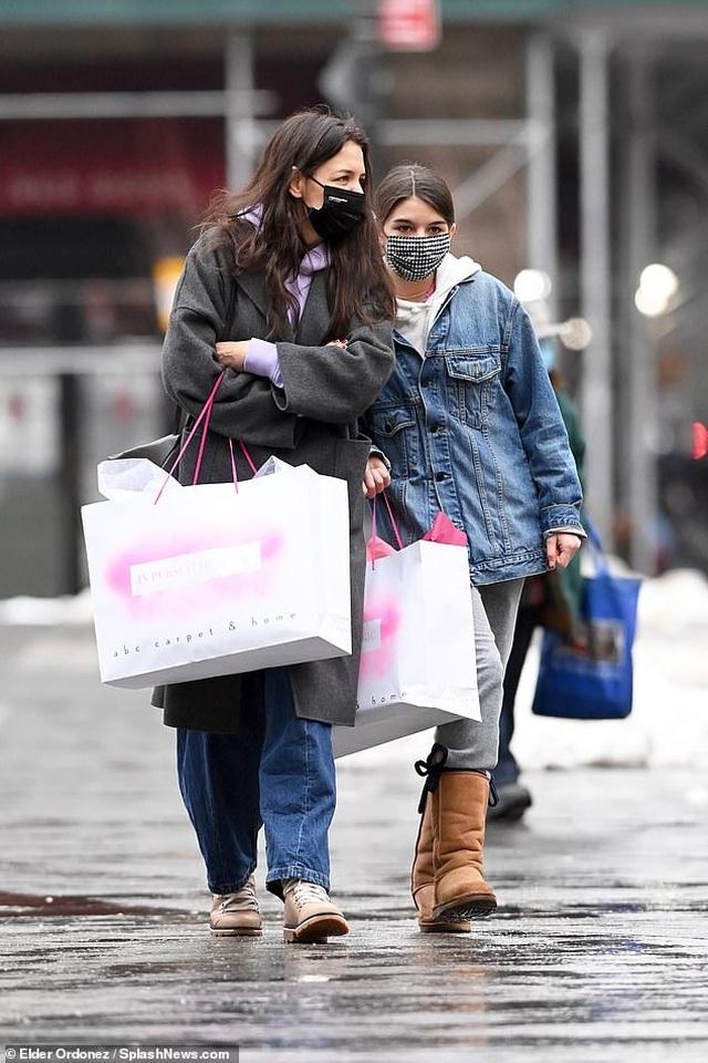 Katie Holmes cùng con gái đi sắm đồ Giáng sinh - 3