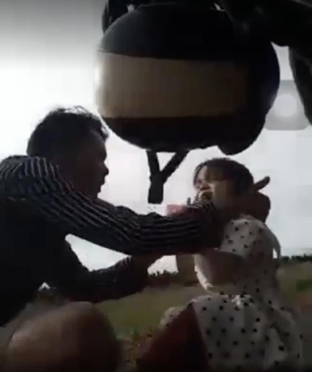 Cha ép con 3 tuổi uống thuốc lạ, livestream facebook xong đưa đi cấp cứu - 1
