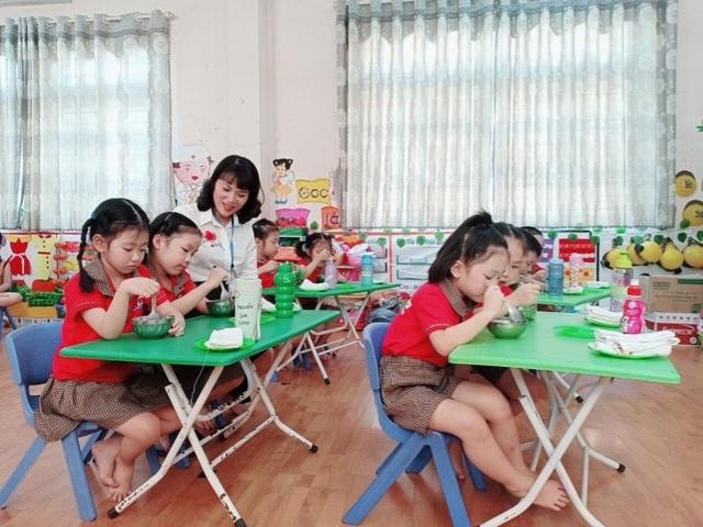 Phụ huynh ghé vai lo bữa ăn cho trẻ mầm non vùng khó - 1