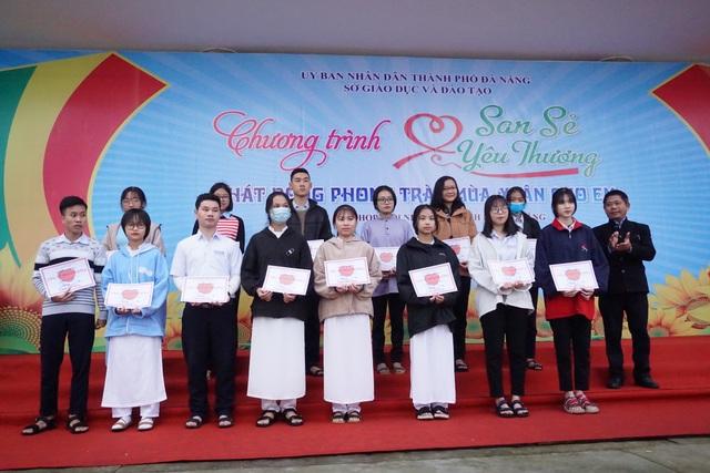 Đà Nẵng: Trao hơn 200 suất học bổng San sẻ yêu thương - 1