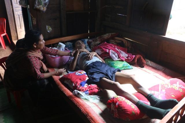 Xót xa cảnh người cha nằm liệt, 5 đứa trẻ chỉ mơ một bữa cơm có thịt - 1