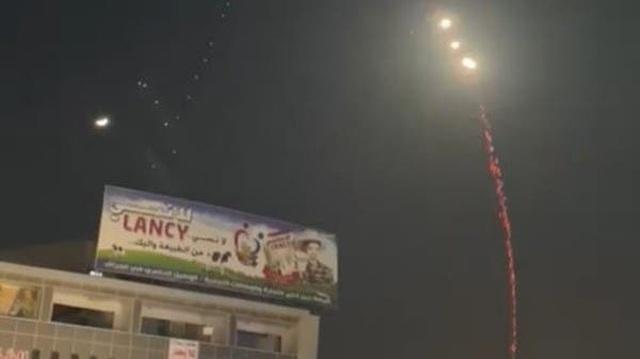 8 quả rocket nhắm vào Đại sứ quán Mỹ tại Iraq, Baghdad rung chuyển - 1
