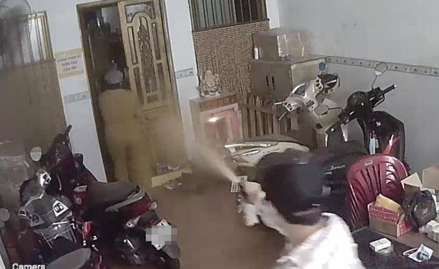 TPHCM: Người phụ nữ bị kẻ cướp xông vào nhà, xịt hơi cay lúc rạng sáng - 1