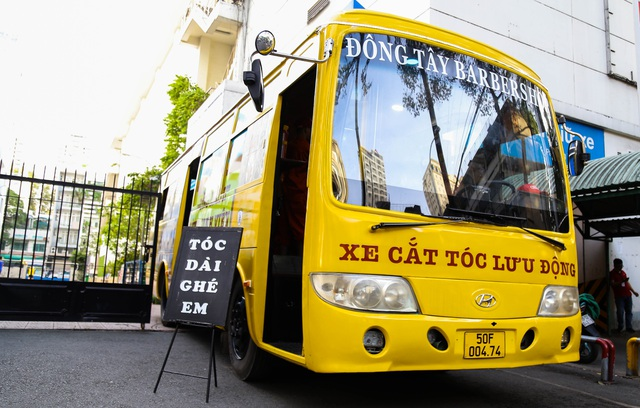 Tiệm cắt tóc lưu động trên xe buýt ở Sài Gòn - 1