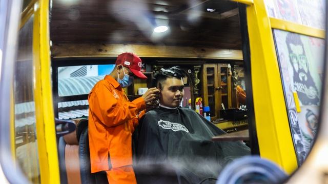 Tiệm cắt tóc lưu động trên xe buýt ở Sài Gòn - 10