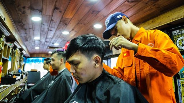 Tiệm cắt tóc lưu động trên xe buýt ở Sài Gòn - 2