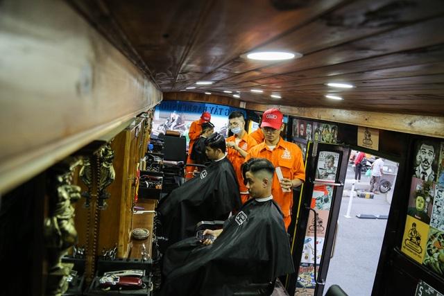 Tiệm cắt tóc lưu động trên xe buýt ở Sài Gòn - 3