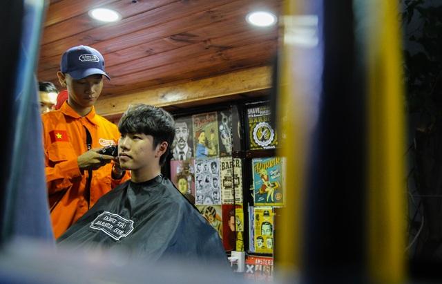 Tiệm cắt tóc lưu động trên xe buýt ở Sài Gòn - 4
