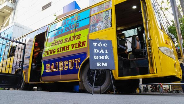 Tiệm cắt tóc lưu động trên xe buýt ở Sài Gòn - 5