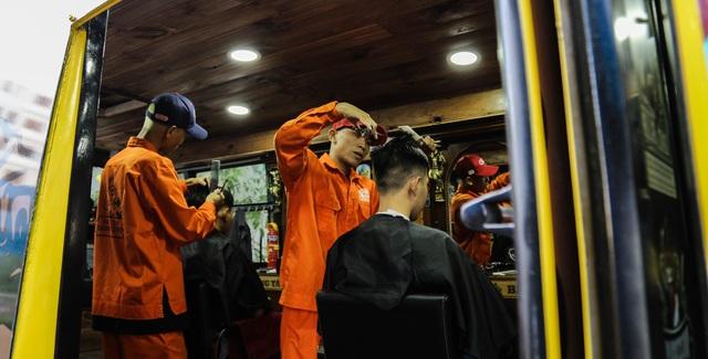 Tiệm cắt tóc lưu động trên xe buýt ở Sài Gòn - 6