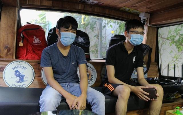 Tiệm cắt tóc lưu động trên xe buýt ở Sài Gòn - 8