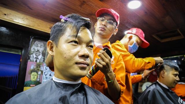 Tiệm cắt tóc lưu động trên xe buýt ở Sài Gòn - 9