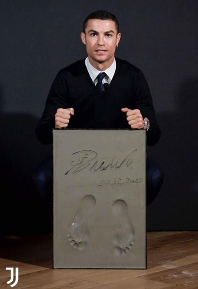 C.Ronaldo được bạn gái xinh đẹp tán thưởng sau khi giành giải Bàn chân vàng - 2