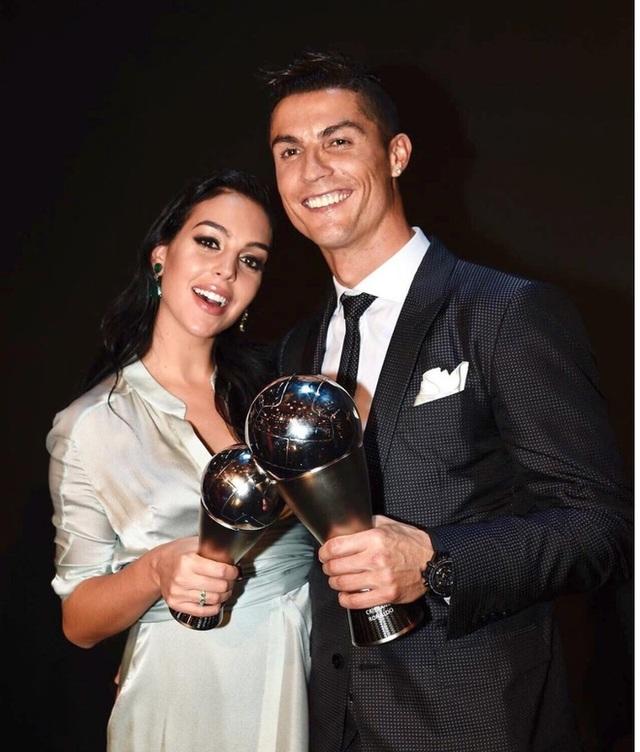 C.Ronaldo được bạn gái xinh đẹp tán thưởng sau khi giành giải Bàn chân vàng - 4