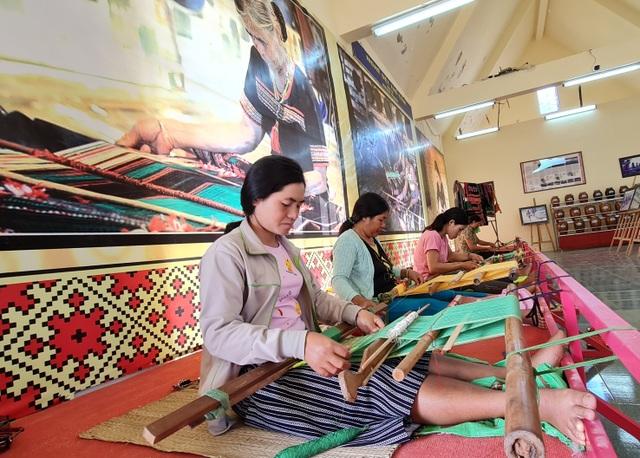Đắk Nông: Xây dựng làng nghề vừa thoát nghèo, vừa giữ văn hóa truyền thống - 2