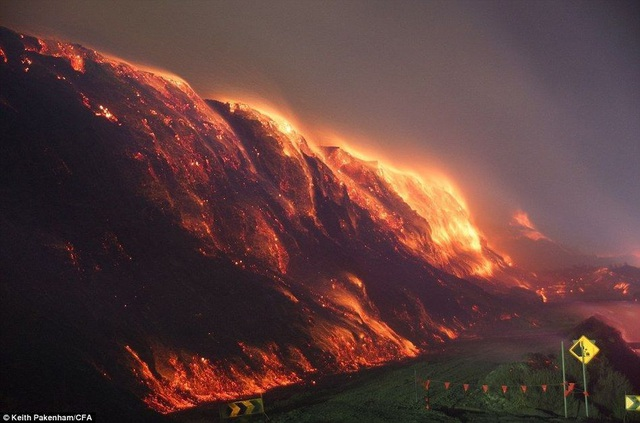 Kỳ lạ ngọn núi liên tục cháy suốt 6.000 năm chưa dứt - 1