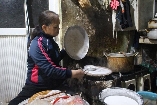 Hàng bánh cuốn kỳ lạ nhất Hà Nội: không biển hiệu, chỉ mở bán lúc nửa đêm - 2