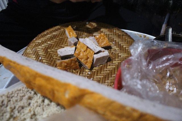 Hàng bánh cuốn kỳ lạ nhất Hà Nội: không biển hiệu, chỉ mở bán lúc nửa đêm - 7