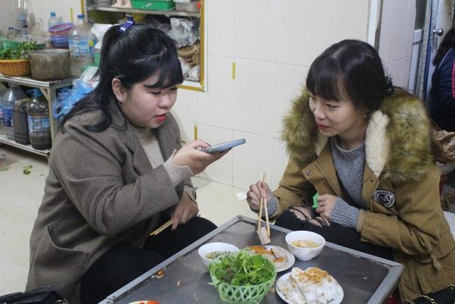 Hàng bánh cuốn kỳ lạ nhất Hà Nội: không biển hiệu, chỉ mở bán lúc nửa đêm - 9
