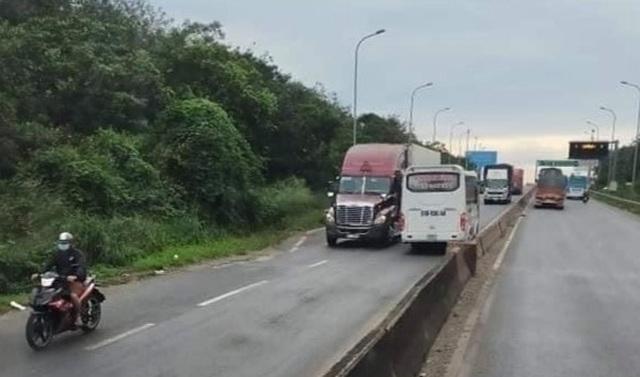 Xe khách chạy băng băng ngược chiều trên quốc lộ - 1