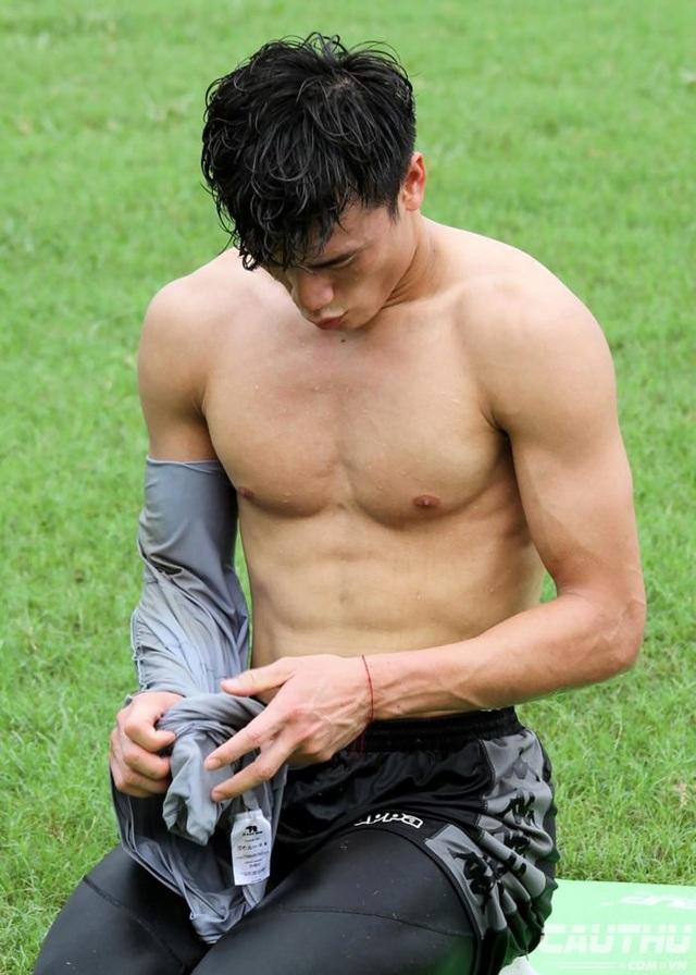 Tuyển tập body 6 múi của dàn cầu thủ Việt làm phái nữ xao xuyến - 5